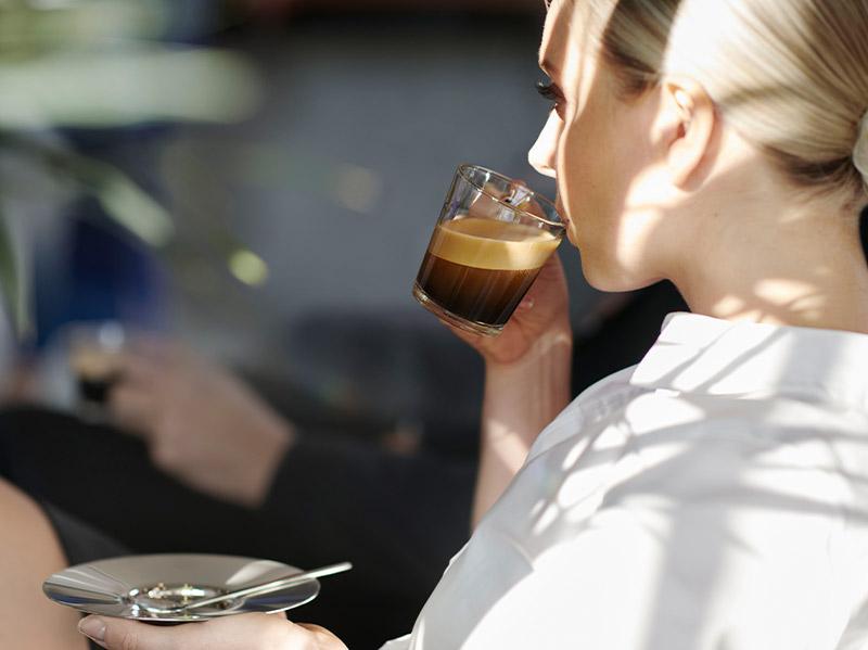 kobieta pijąca kawe