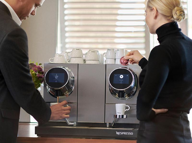 kobiety przygotowują kawe wautomacie nespresso